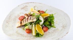 Calamar la gratar cu mix de salata