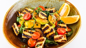 Salata de legume coapte cu branza halumi si sos mediteranean