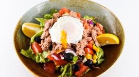 Salata de ton  cu ou posat